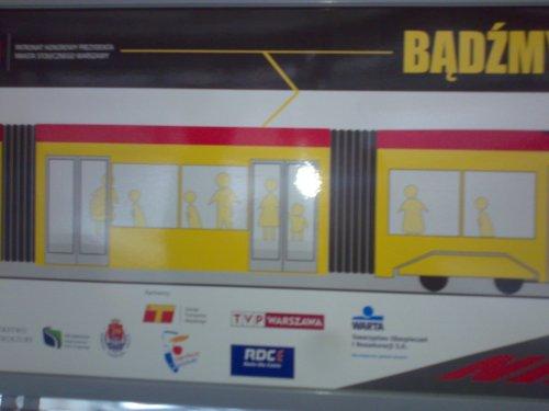 Reklama akcji 'Bądźmy razem bezpieczni' w warszawskim tramwaju